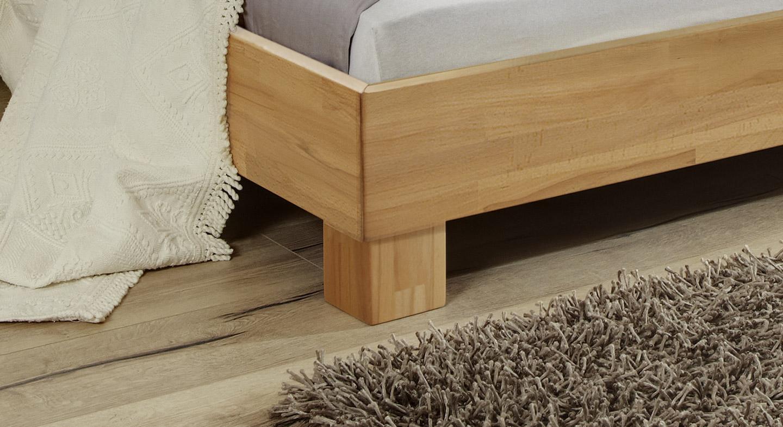 Bett Mera mit stabilen quadratischen Füßen