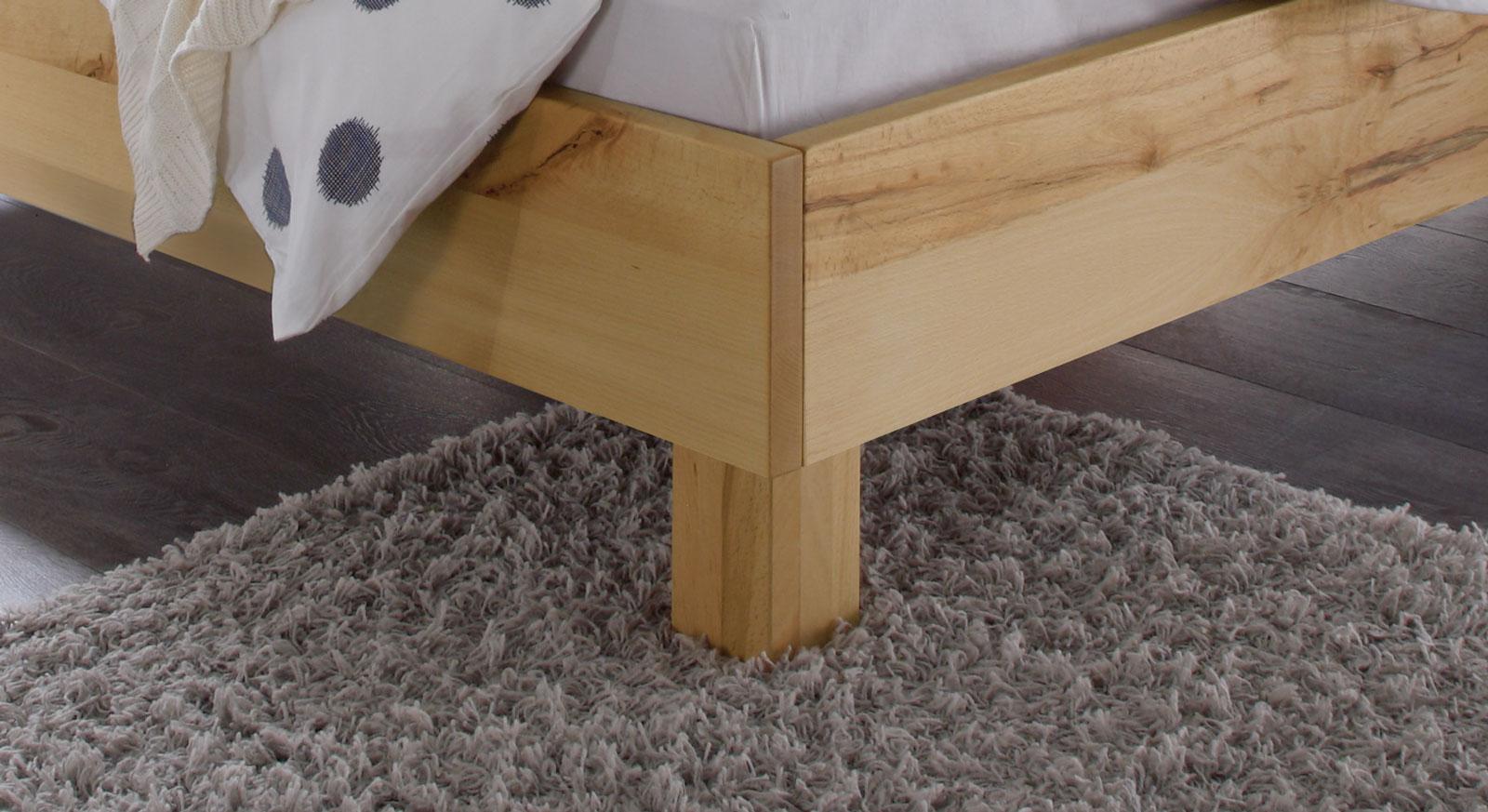 Bett Merubo mit massiven Holzfüßen