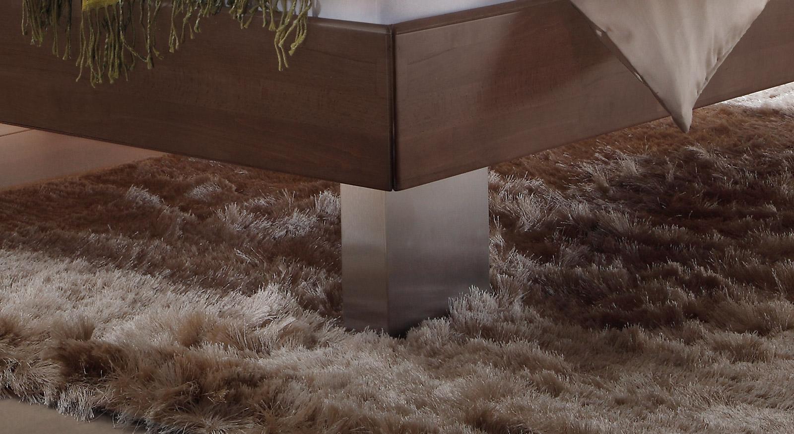 Das Bett Nuno mit Bettfuß aus Edelstahl