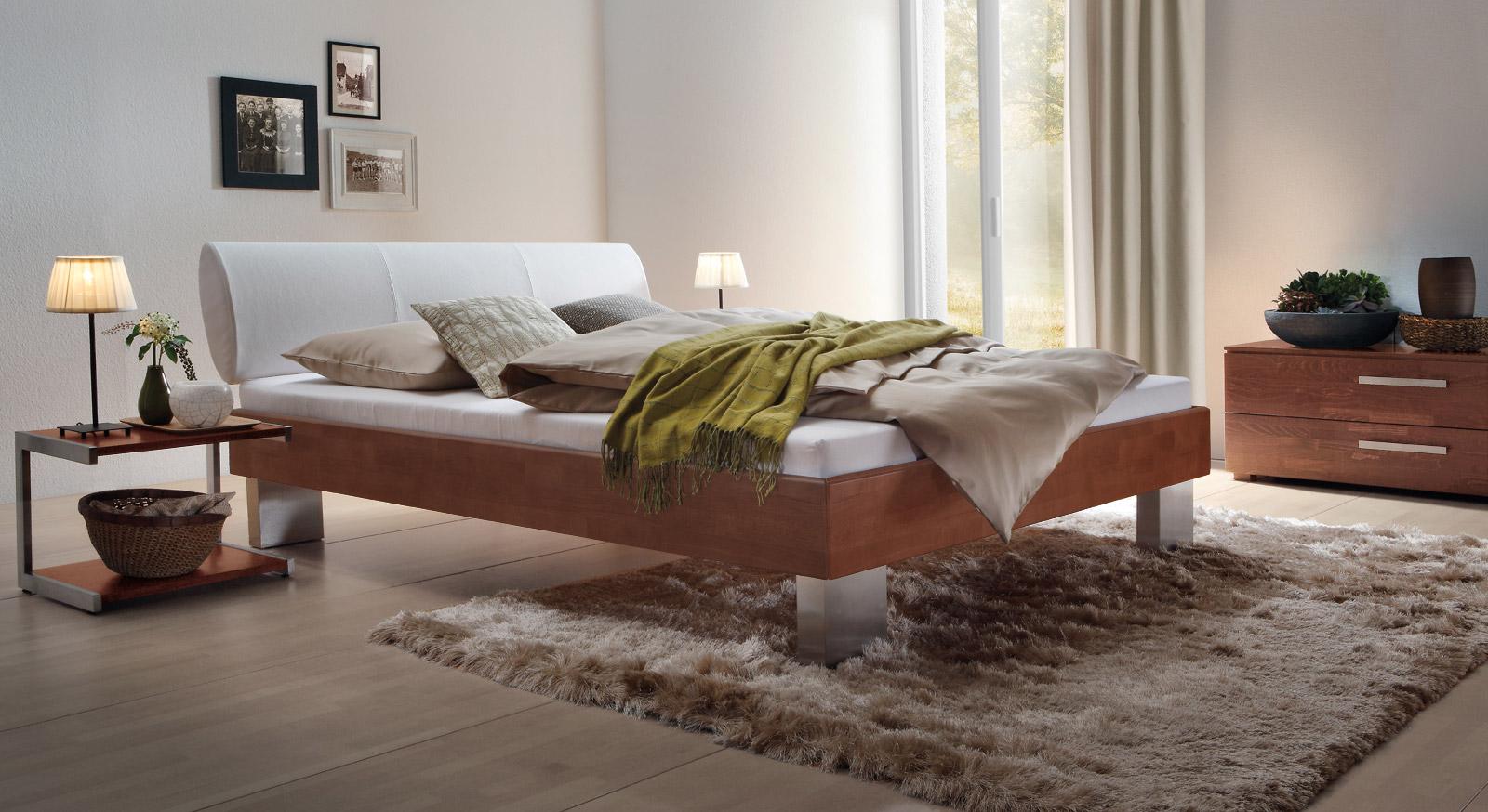 Bett Nuno aus kirschbaumfarbener Buche und weißem Kunstleder.