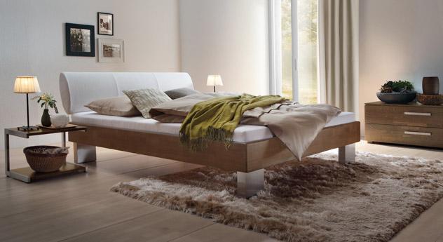 Bett Nuno aus nussbaumfarbener Buche und weißem Kunstleder.