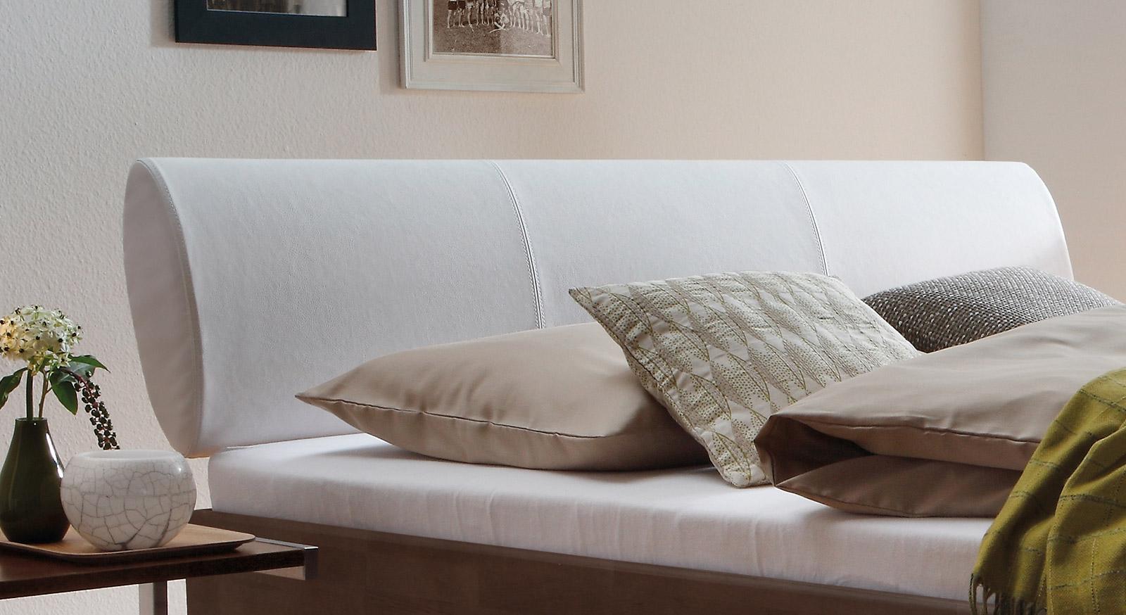 Bett aus Buche massiv mit weißem Leder-Kopfteil - Nuno | BETTEN.de