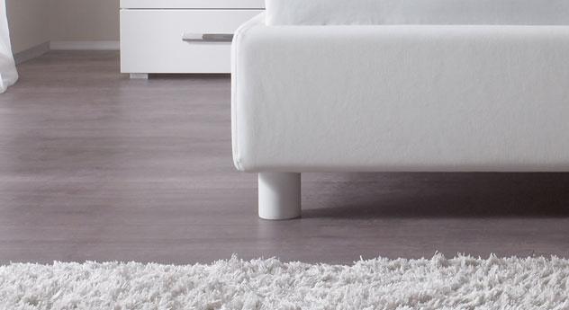 Der Holzfuss des Bettes Panaro in Weiß