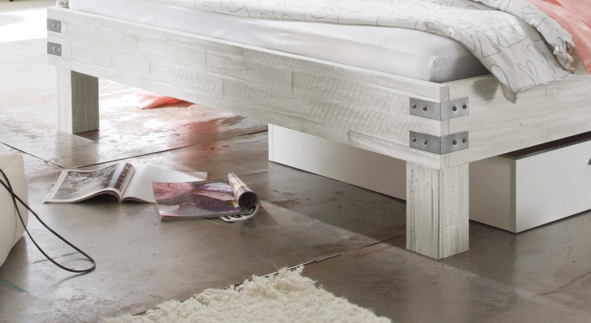 Bett Pica mit Metall-Beschlägen am Fußteil