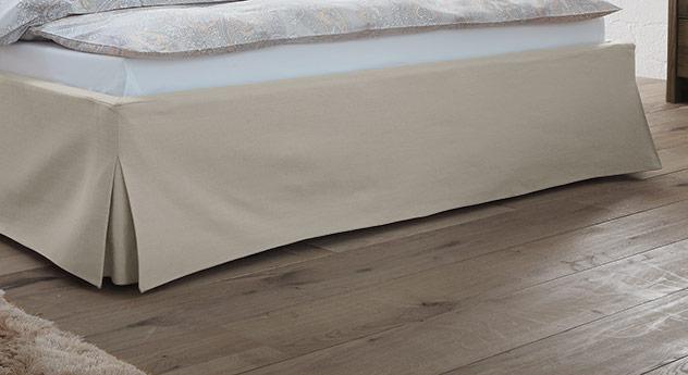 Bett Pilio mit Faltenwurf im Fußbereich