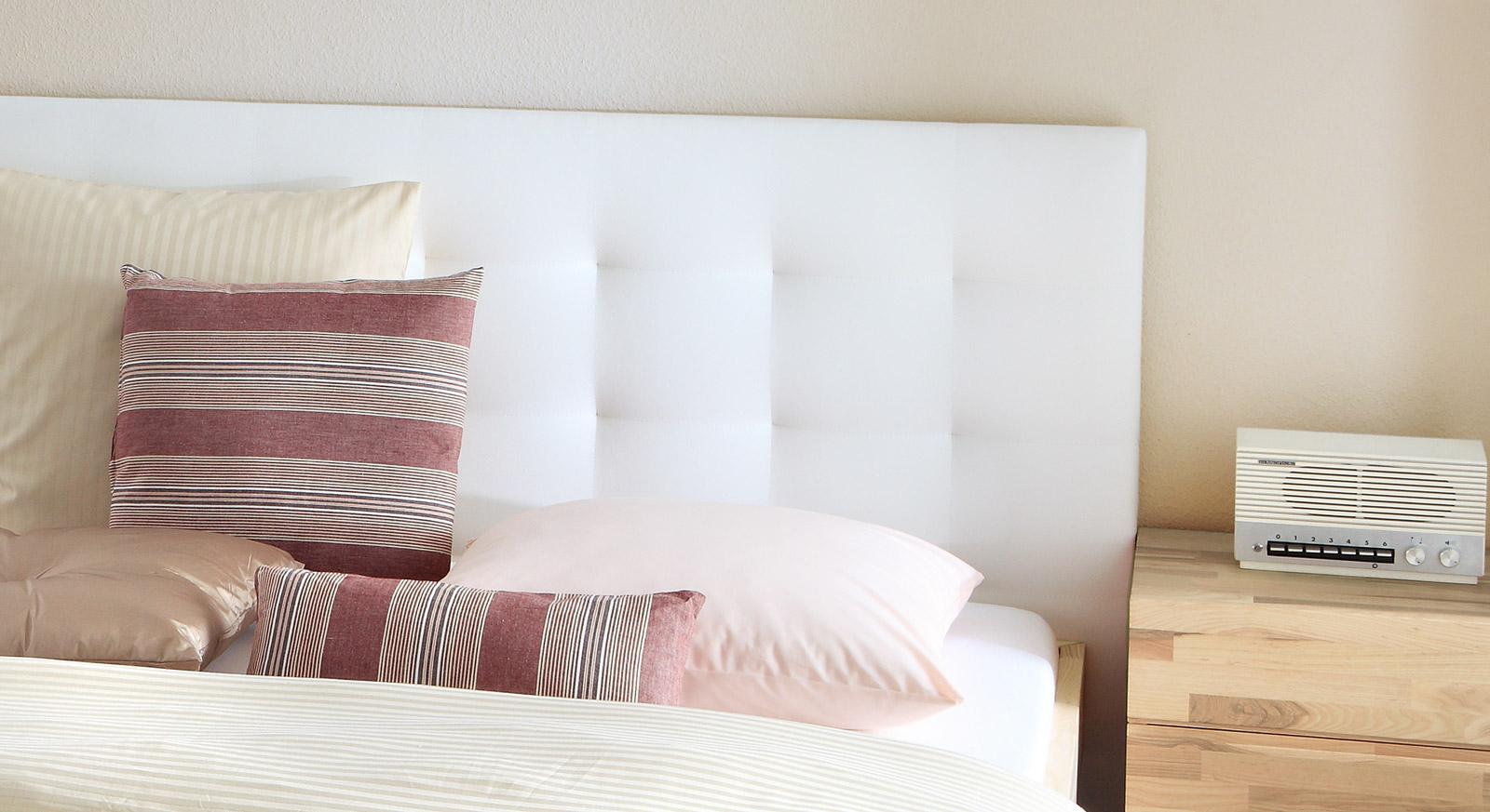 Bett Portland mit gepolstertem Wandpaneel