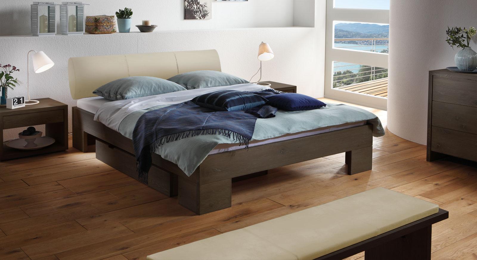 Das Bett Prato aus coffeefarbener Wildeiche und beigefarbenen Kunstleder