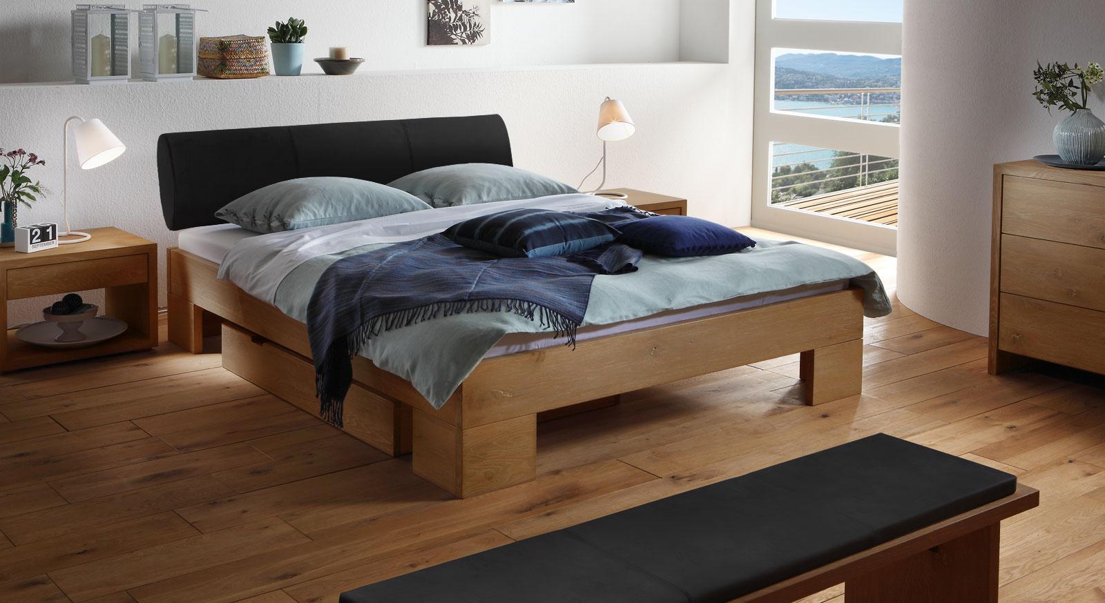 Das Bett Prato aus naturfarbener Wildeiche und schwarzem Kunstleder