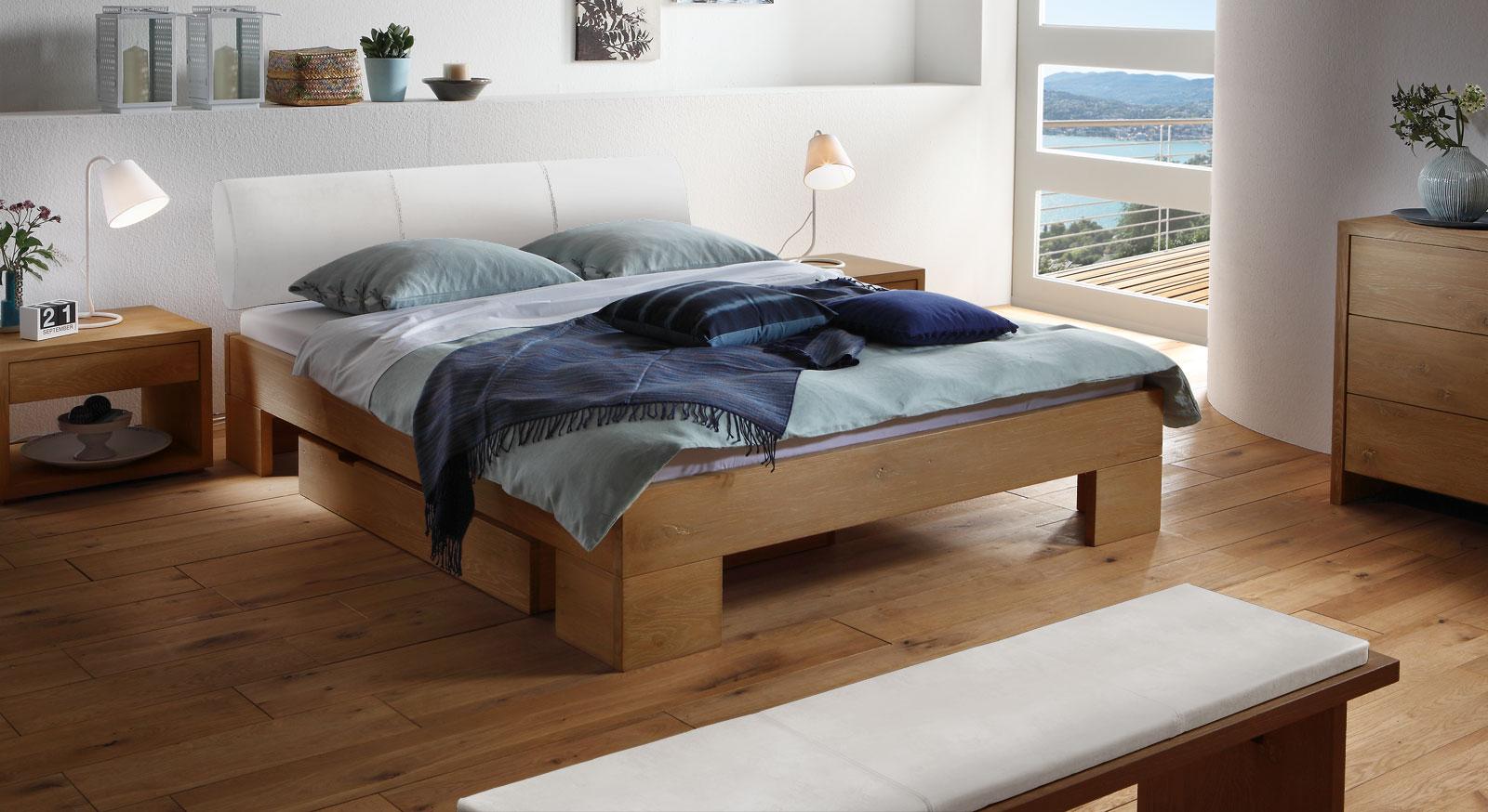 Das Bett Prato aus naturfarbener Wildeiche und weißem Kunstleder