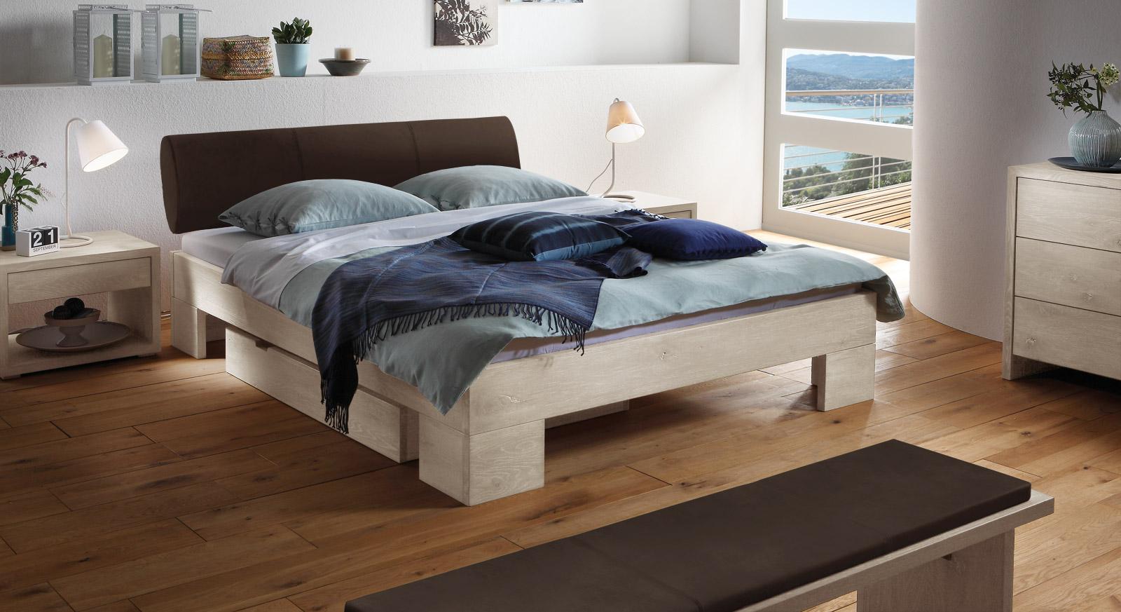 Das Bett Prato aus weißer Wildeiche und dunkelbraunem Kunstleder