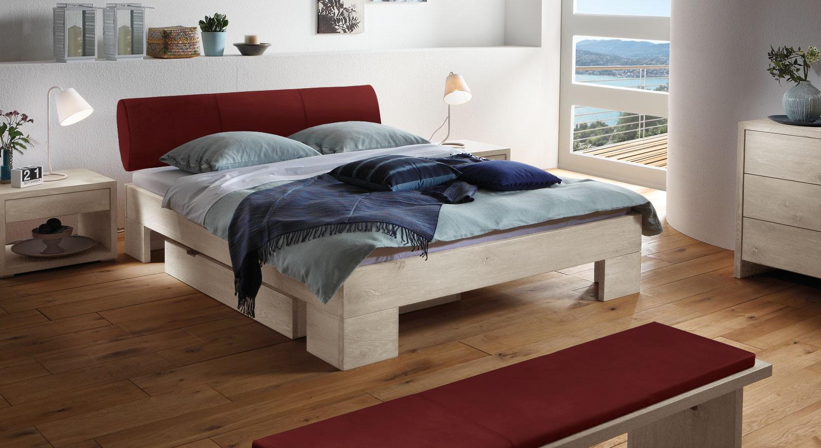 Das Bett Prato aus weißer Wildeiche und weinrotem Kunstleder