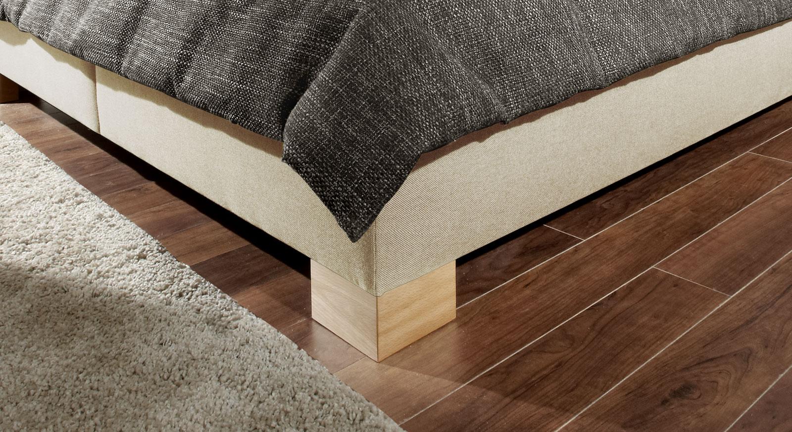 Bett Quintino aus Webstoff mit stabilen Blockfüßen