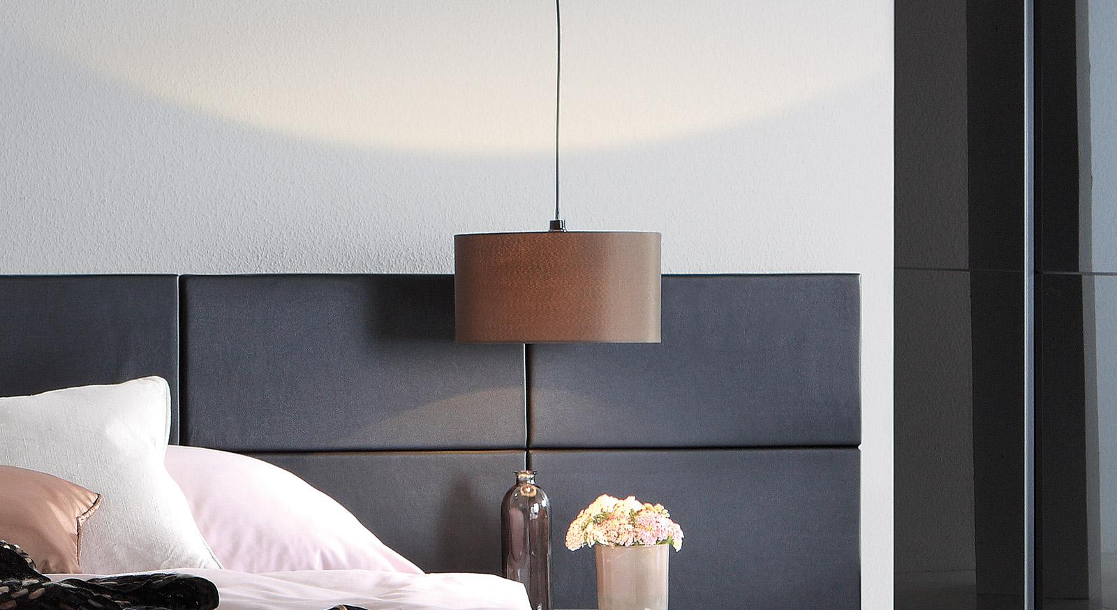 Bett Reno mit dunklem Wand-Paneel
