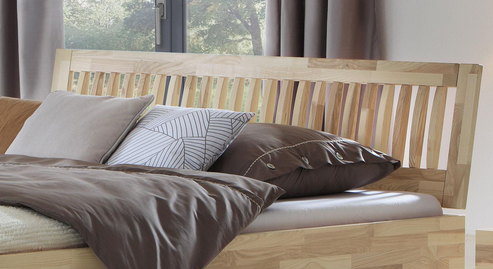 Wandgestaltung Wohnzimmer Rote Couch Hinter Boxspringbett Bett Mit Kleiderschrank Foto