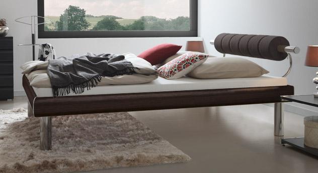 Bett Rocio mit eleganter Holzmaserung in Ferrara mit 30cm hohen Bettbeinen