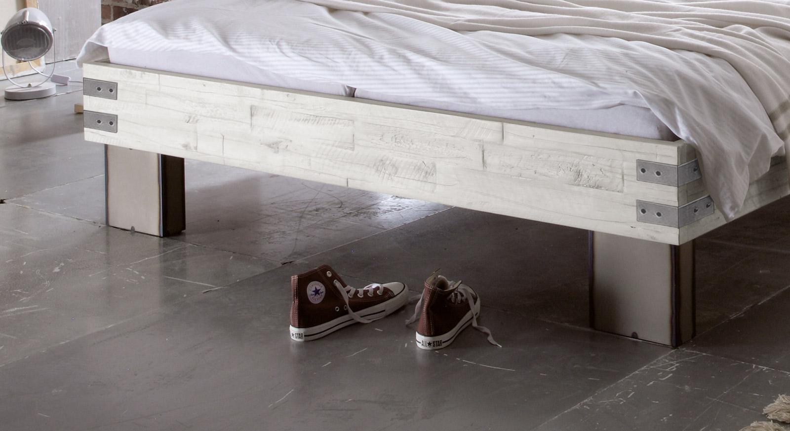 Bett Salla mit patinierten Eisenfüßen