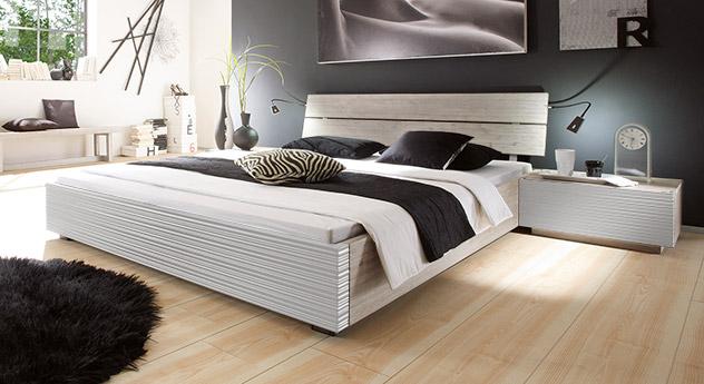 Elegantes, schlichtes Bett Santerno ibn der Farbe weiß/weiß.