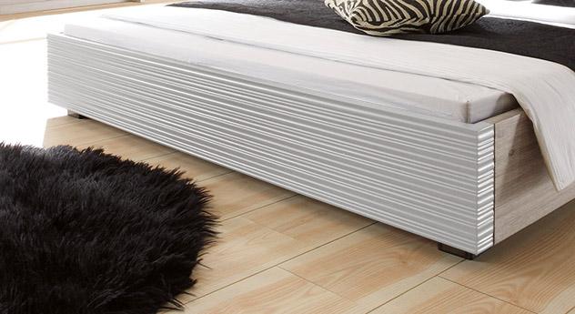 Bett Santerno mit weiß profiliertem Fußteil