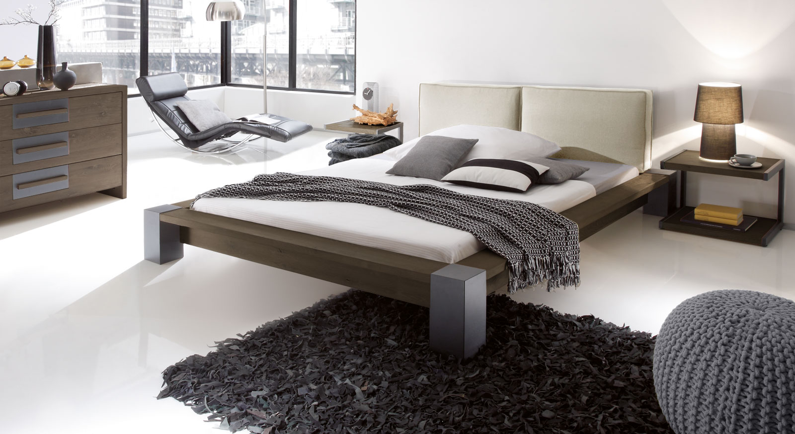 Bett Savena in Wildeiche coffee und Leinen beige