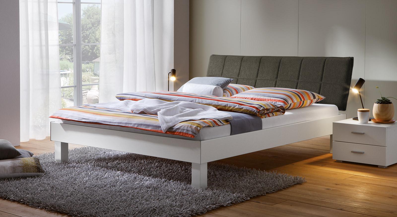 Bett Sierra mit 20cm Fußhöhe und Kopfteil in Braun