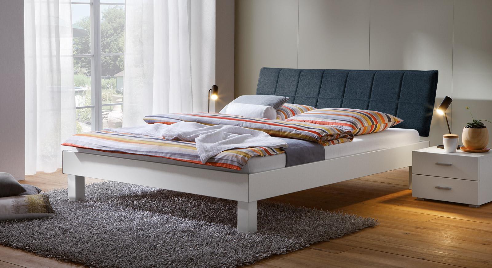 Bett Sierra mit 20cm Fußhöhe und Kopfteil in Marine