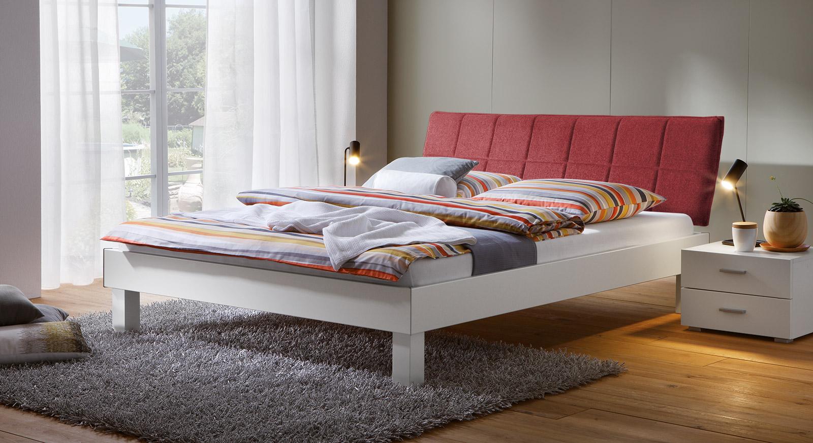 Bett Sierra mit 20cm Fußhöhe und Kopfteil in Rot