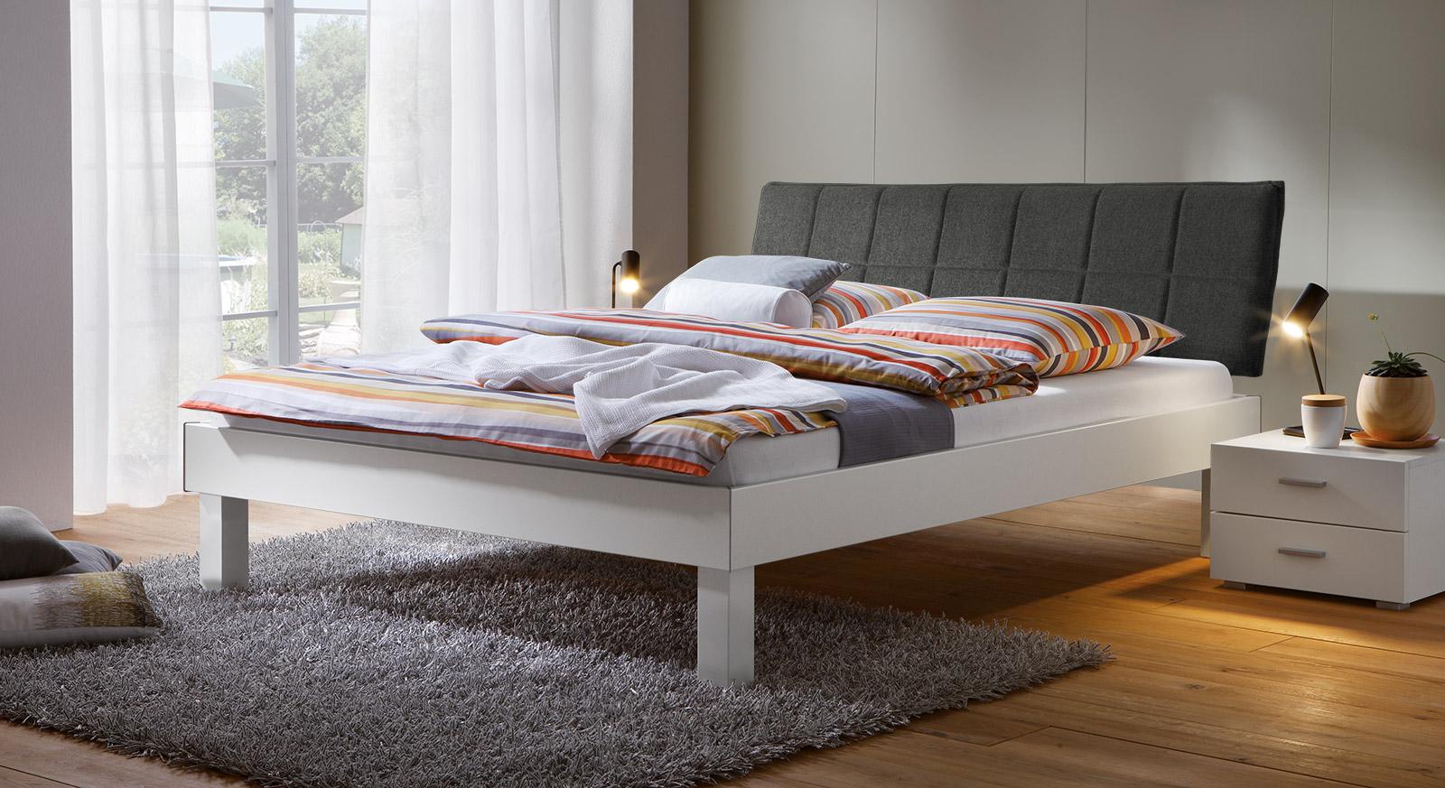 Bett Sierra mit 25cm Fußhöhe und Kopfteil in Anthrazit