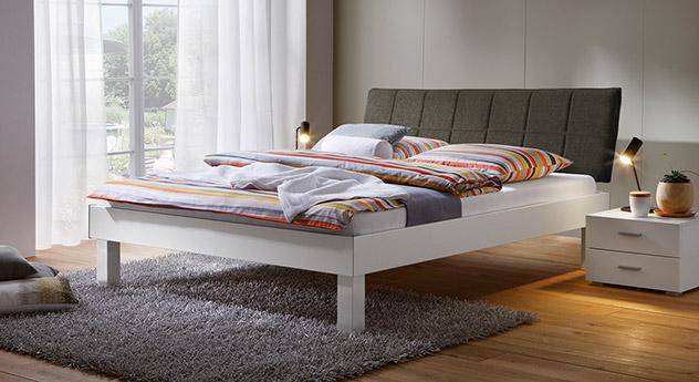 Bett Sierra mit 25cm Fußhöhe und Kopfteil in Braun