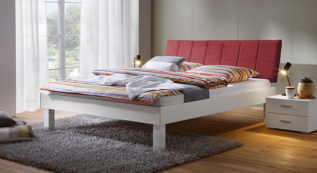 Bett Sierra mit 25cm Fußhöhe und Kopfteil in Rot