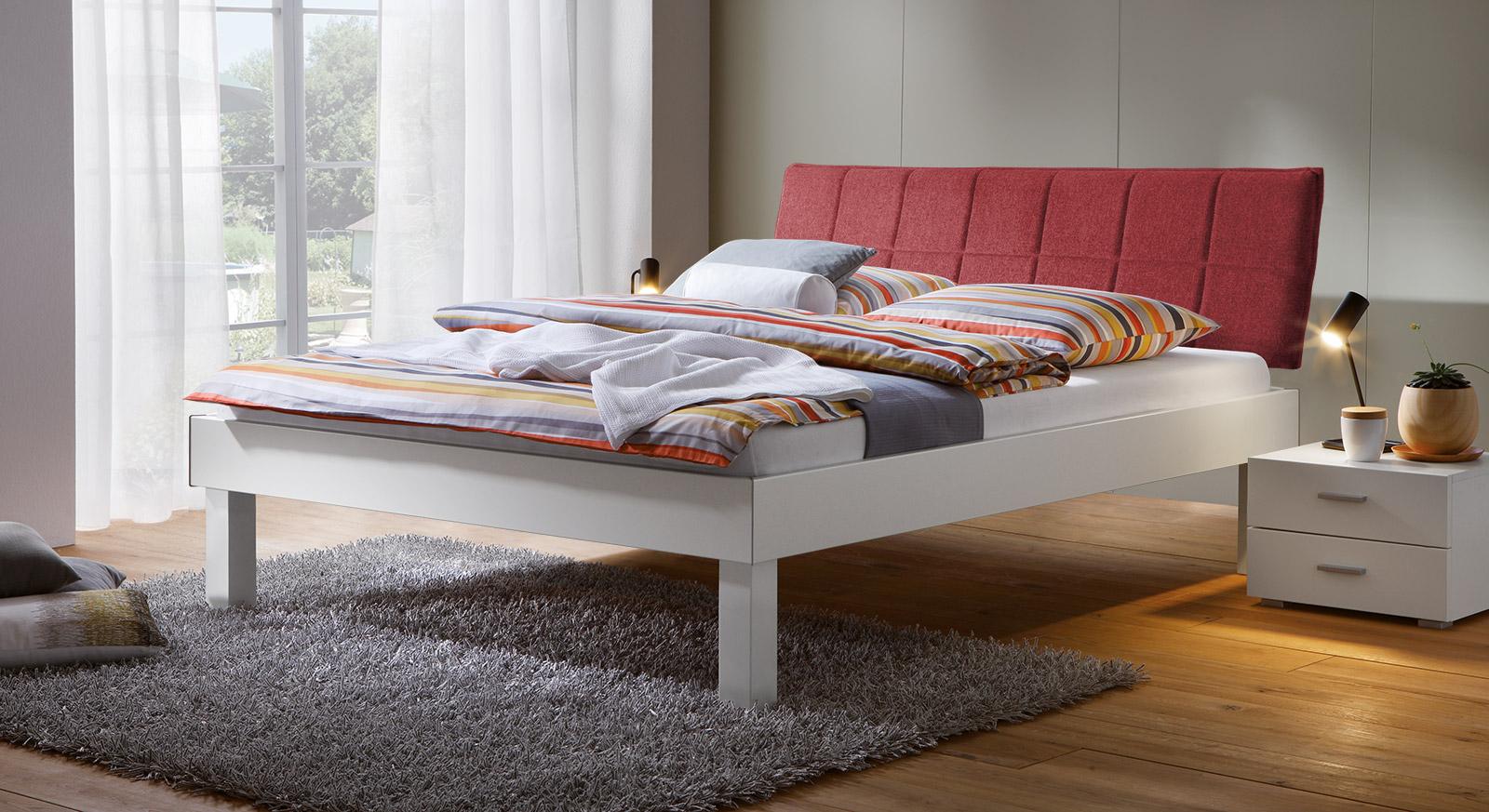 Bett Sierra mit 30cm Fußhöhe und Kopfteil in Rot