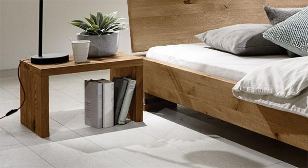 Massivholz-Bett Sillaro mit Nachttisch Domingo in Wildeiche natur.