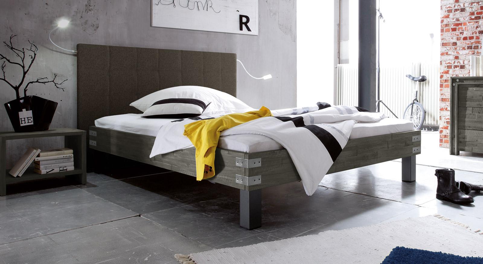 vintage bett in 180x200 cm mit hohem kopfteil talca. Black Bedroom Furniture Sets. Home Design Ideas