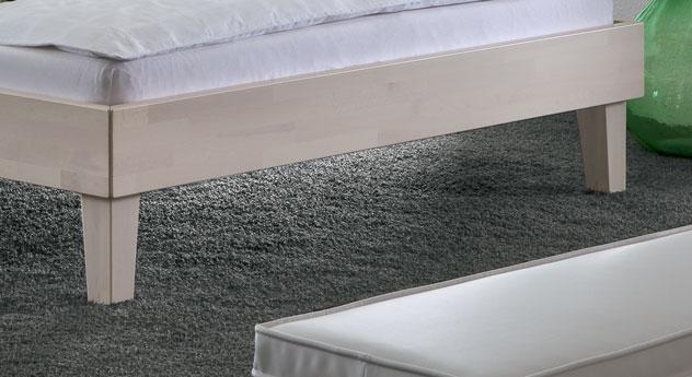 Elegantes Bett Teramo mit stilvollen und eleganten Füßen.