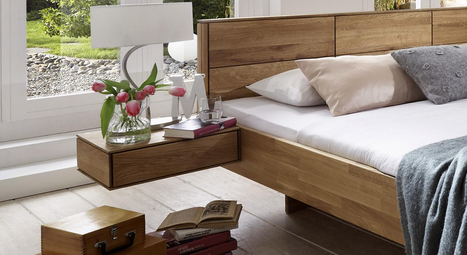 Bett Terrano aus massiver Wildeiche mit passendem Nachttisch