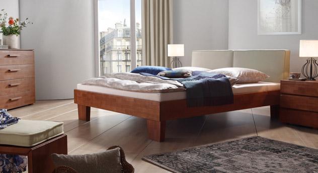 Das Bett Tiago in Buche kirschbaumfarben und Leinen in Beige