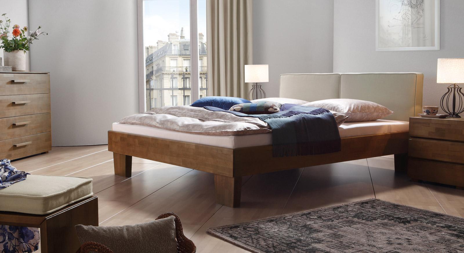 Das Bett Tiago in Buche nussbaumfarben und Leinen in Beige