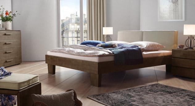 Das Bett Tiago in  Buche wengefarben und Leinen in Beige