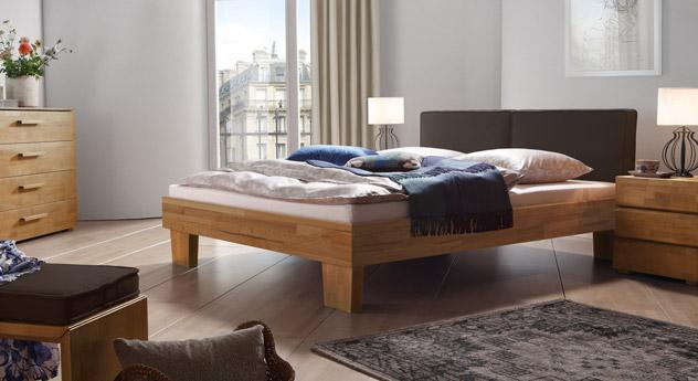 Das Bett Tiago in Kernbuche und in Leinen in Braun