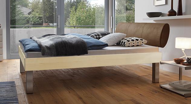 Designerbett Trani in Ahorn mit einer Fußhöhe von 30cm