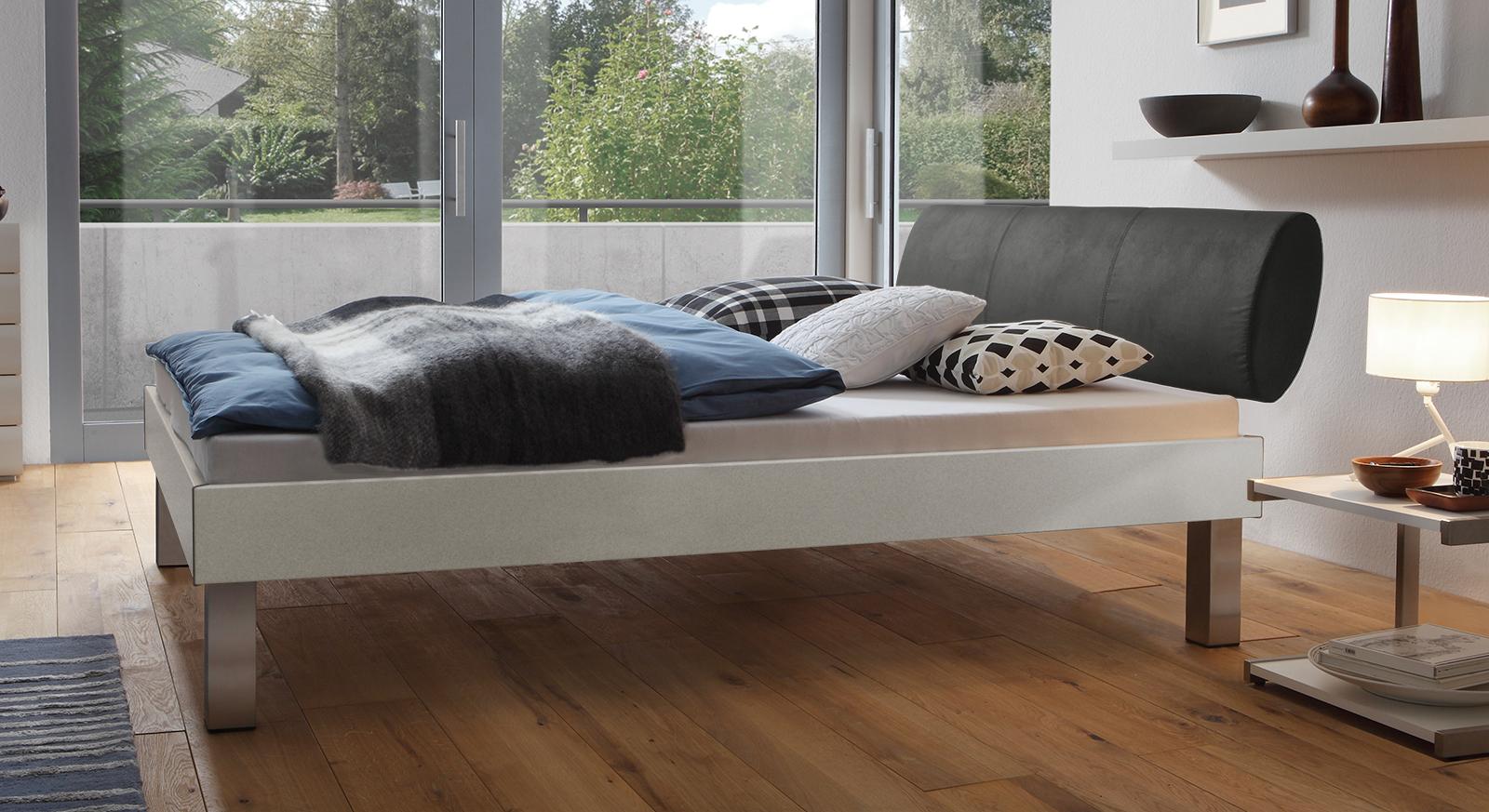 Designerbett Trani in Metallfarben mit einer Fußhöhe von 25cm