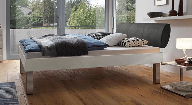 Designerbett Trani in Metallfarben mit einer Fußhöhe von 30cm