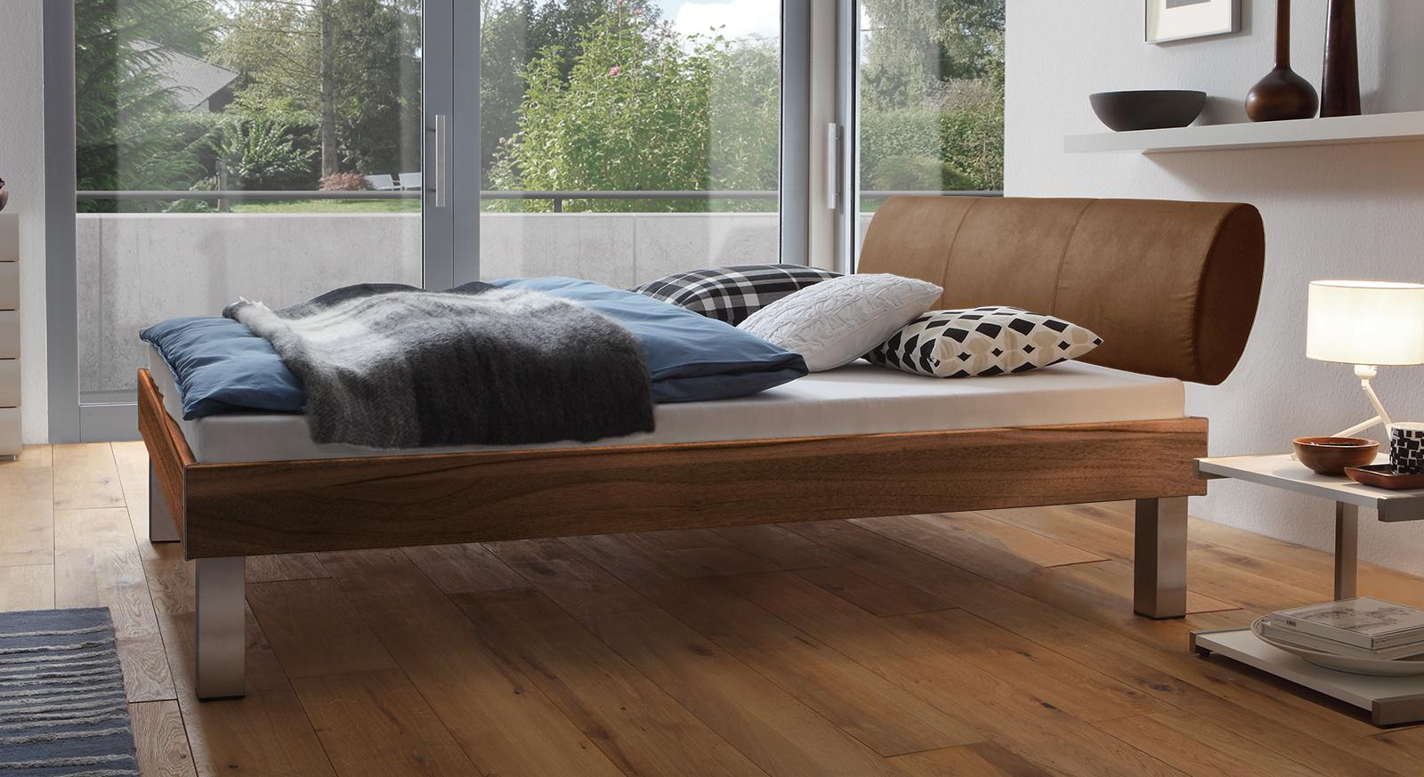 Designerbett Trani in Nussbaum mit einer Fußhöhe von 25cm