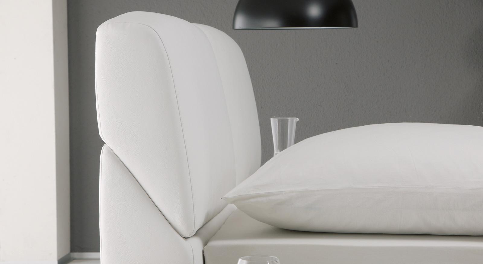 Bett mit verstellbarer Kopfteilpolsterung in Leder