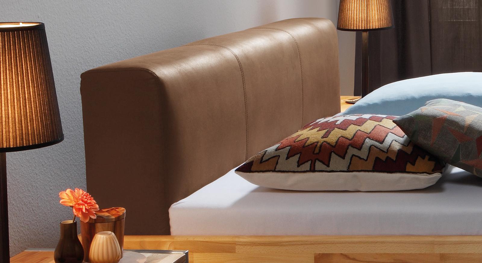 Das Bett Vimara mit gepolstertem Kopfteil