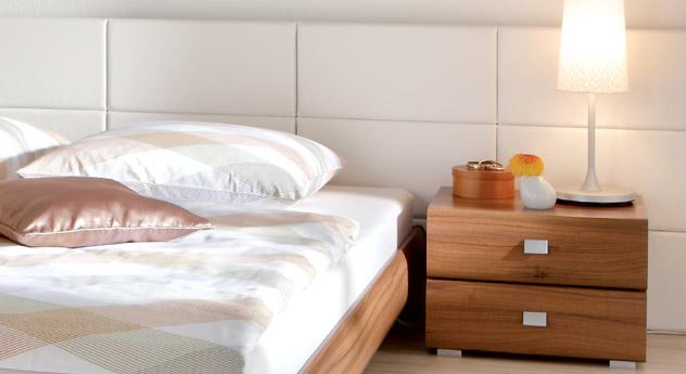 Designerbett Coruna Wandpaneel aus weißem Kunstleder Nachttisch Rotondo