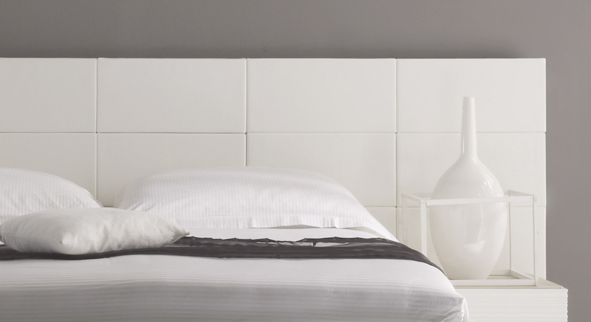 Bett Emilia mit weißem Wand-Paneel.