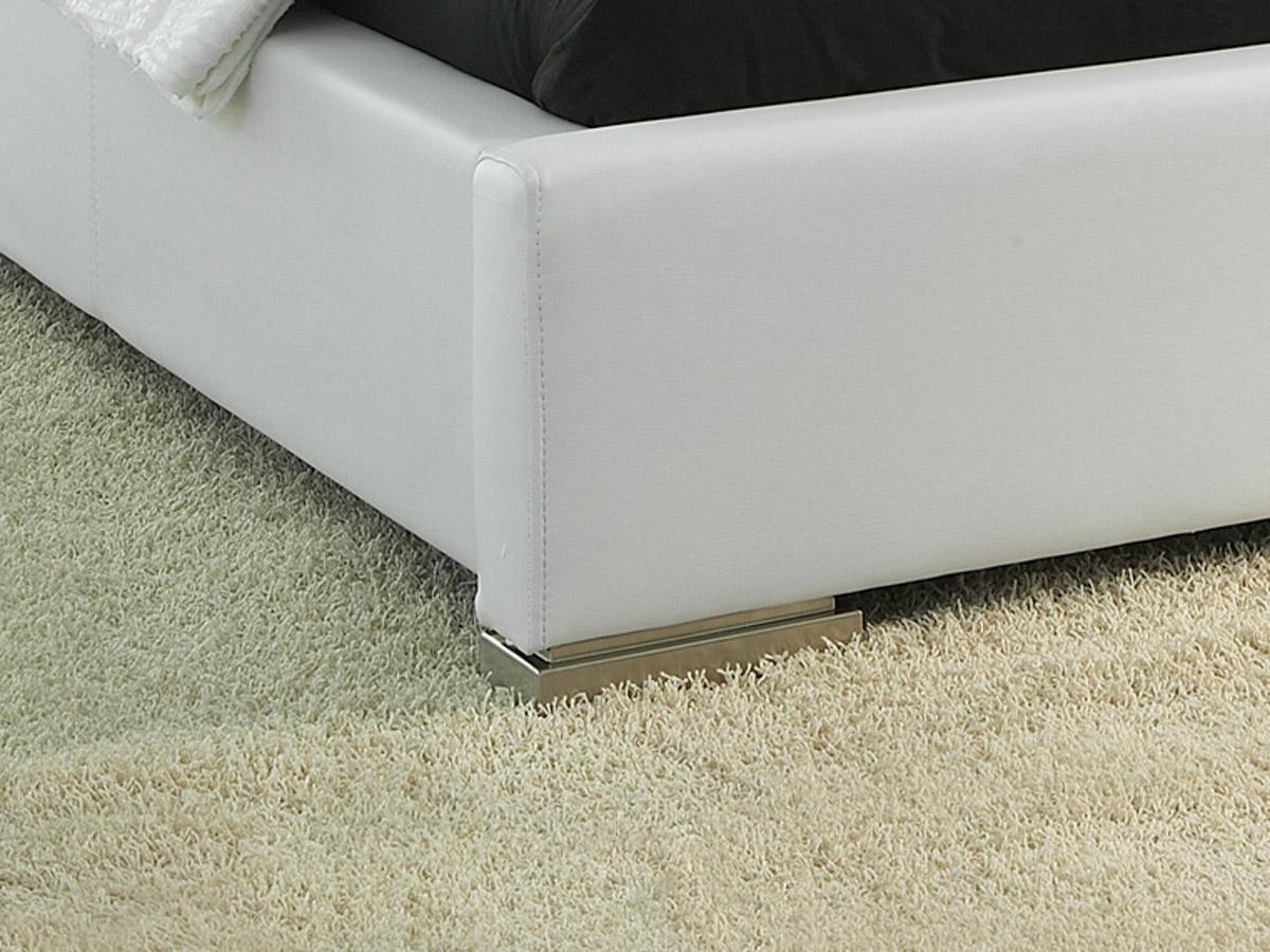 Weißes Kunstleder-Bett Firenze mit stabilen Füßen.