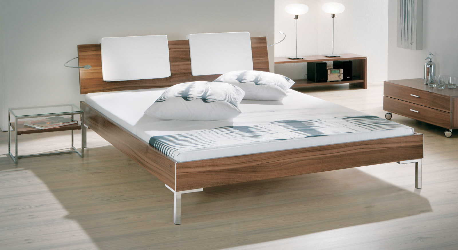 billiges designer bett le n z b in nussbaum optik. Black Bedroom Furniture Sets. Home Design Ideas