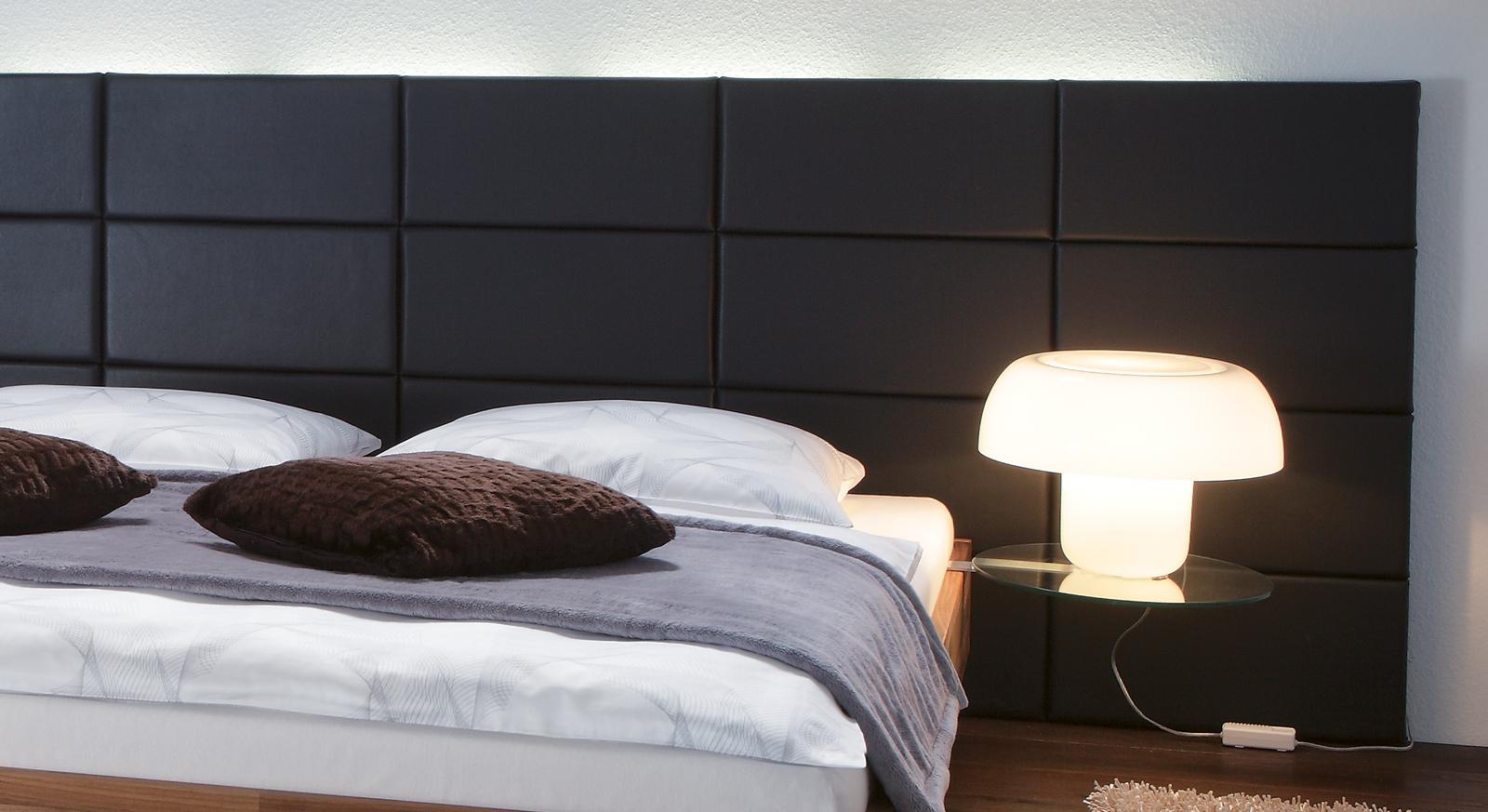Bett Rio mit Wandpaneel aus schwarzem Kunstleder