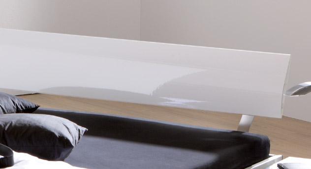 Bett Timeless mit Hochglanz-Kopfteil mit ergonomischer Rundung